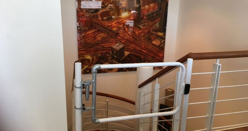 楼梯自闭式安全门